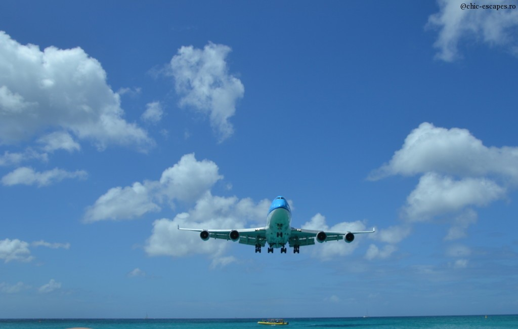 In St Maarten, we can see airplanes landing and taking off very, very close. unique in the world This blue bird is always the star, the King, #KLM, Princess Juliana, St Maarten